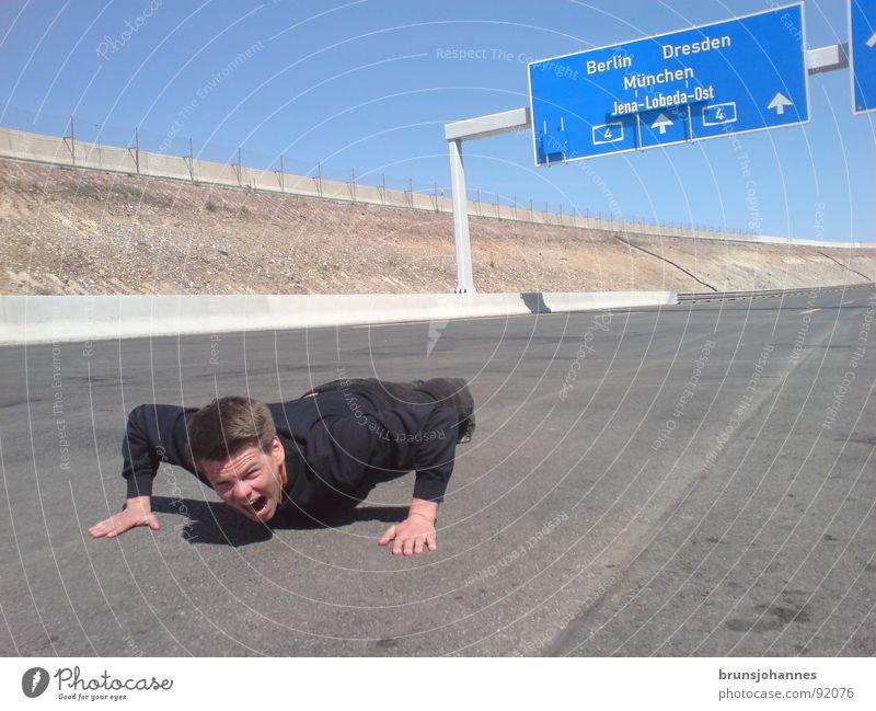 Sport auf der Autobahn schreien verrückt Wette Mutprobe Unfall Panik Angst liegen Liegestütze Road Jena Lobeda Ausfahrt Überfahren gefährlich