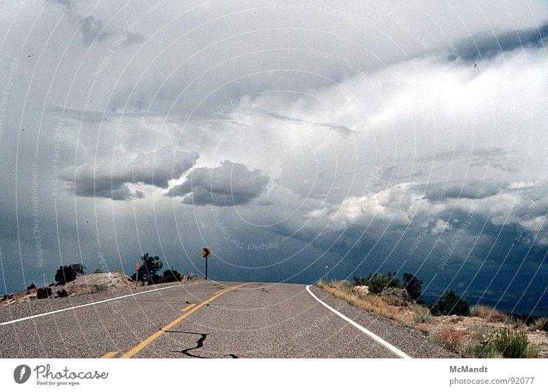 Road to nowhere Sturm Wolken Kalifornien unterwegs ungewiss anschaulich Verkehrswege Himmel USA Gewitter Regen Straße Straßenführung Weg ins Nichts
