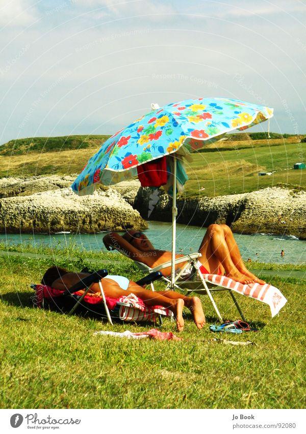 Chilli Vanilli Erholung Sonnenschirm Liegestuhl Blume Gras Meer Spanien Handtuch schlafen retro Küste Ferien & Urlaub & Reisen Sommer Wasser sonnnen Himmel