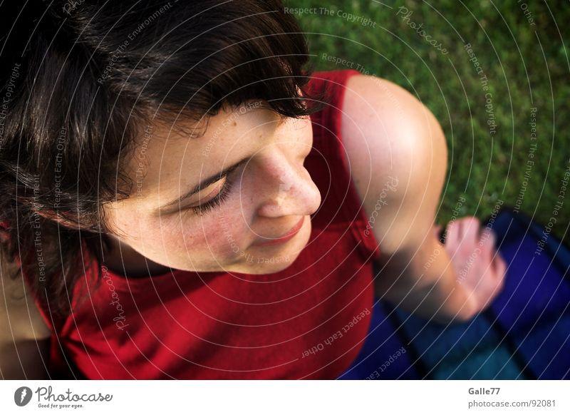 Schulterblick Frau Mensch Sommer Erholung Wiese oben sitzen genießen Decke bequem