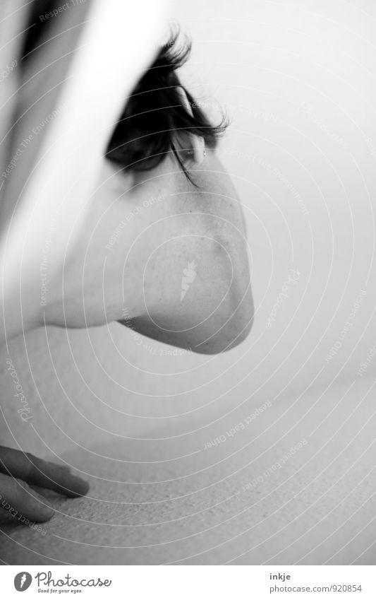 oben Junge Frau Jugendliche Erwachsene Leben Finger Kinn Hals 1 Mensch Blick außergewöhnlich hoch Gefühle Neugier Hoffnung Perspektive strecken Suche