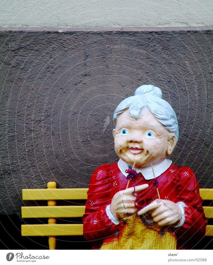 Strick, Großmütterchen! Großmutter stricken Senior Zukunft ungewiss Wachsamkeit Einsamkeit gemalt Wand dunkel Hand gelb rot grau Haare & Frisuren grauhaarig