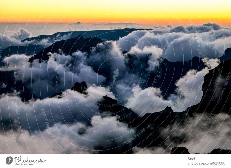 Berge und Wolken Windkraftanlage Umwelt Natur Landschaft Erde Himmel Wolkenloser Himmel Horizont Sonne Sonnenaufgang Sonnenuntergang Sommer Klima Schönes Wetter