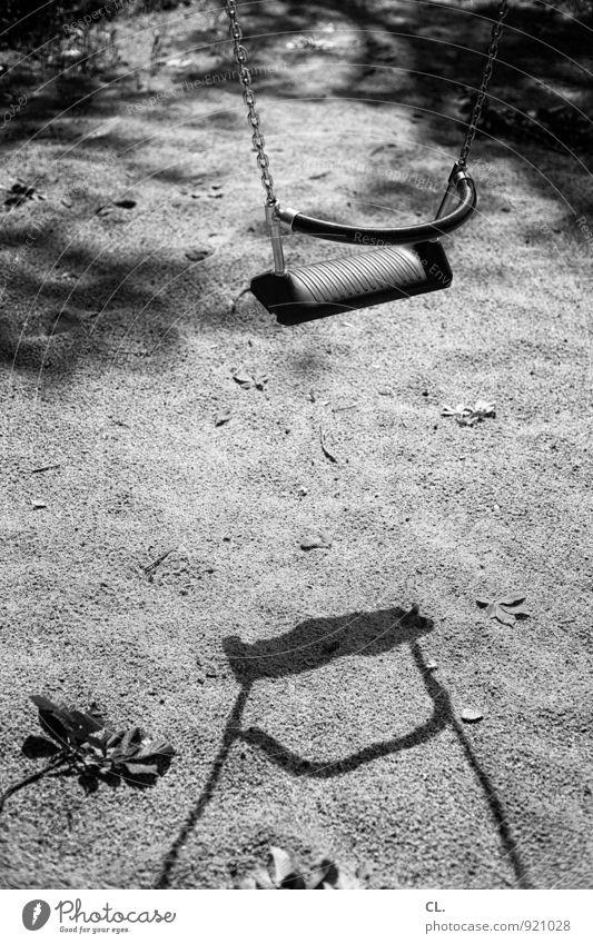 spielplatz Freizeit & Hobby Spielen schaukeln Spielplatz Schaukel Sand ruhig Einsamkeit Kindheit Schwarzweißfoto Außenaufnahme Menschenleer Tag Licht Schatten