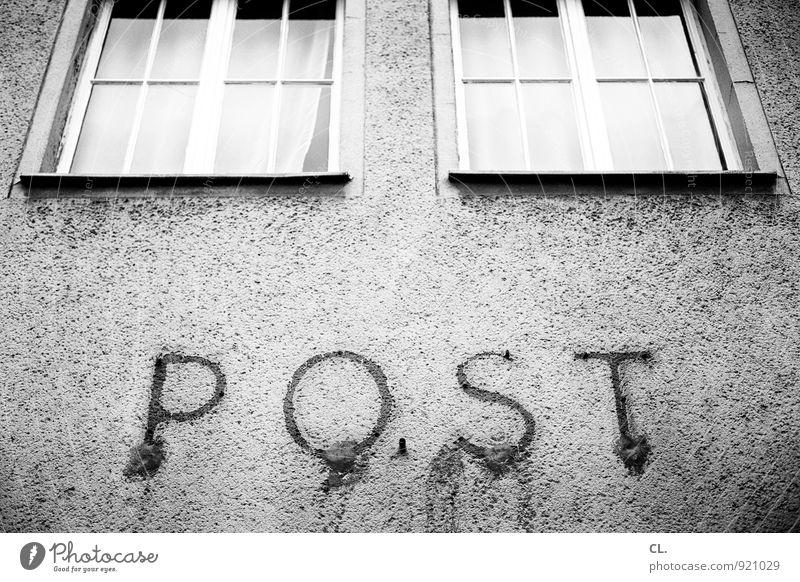 post Post Menschenleer Gebäude Architektur Mauer Wand Fassade Fenster alt stagnierend Verfall Vergangenheit Postamt Schwarzweißfoto Außenaufnahme Tag