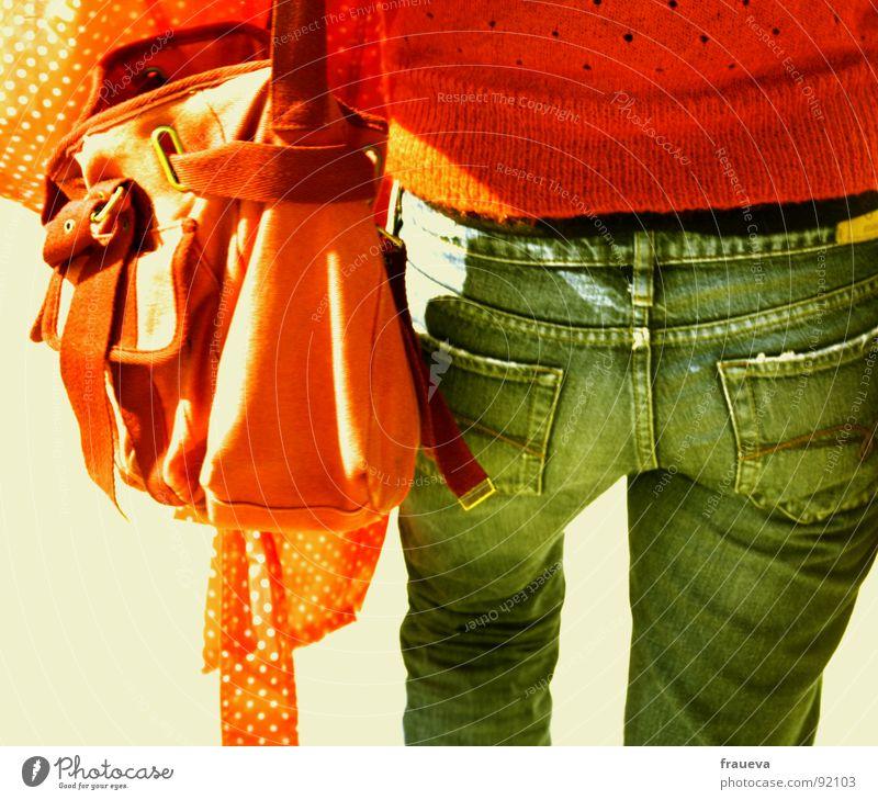 orange tasche oranger pulli ist doch klar Frau Jugendliche rot Ferien & Urlaub & Reisen Farbe gehen Jeanshose Hinterteil Schönes Wetter Jacke Dame Pullover