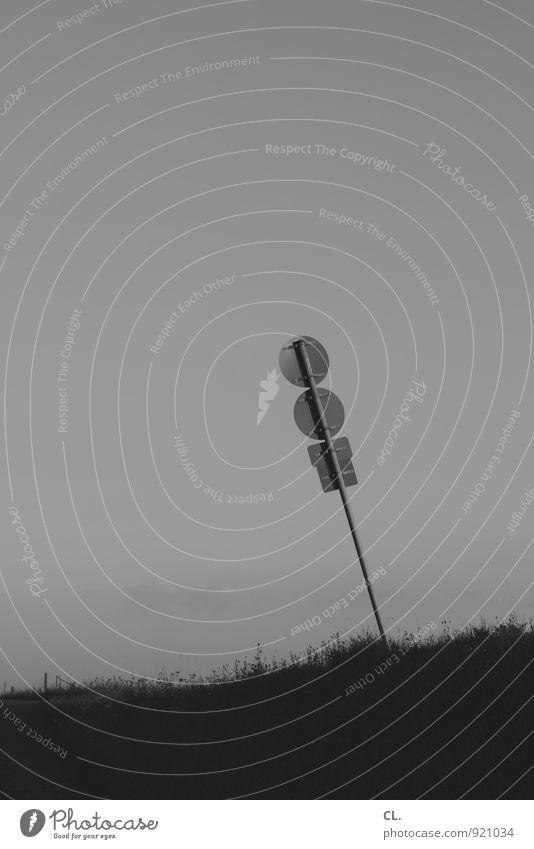 schieflage Umwelt Himmel Gras Hügel Verkehr Verkehrswege Wege & Pfade Verkehrszeichen Verkehrsschild Neigung Schwarzweißfoto Außenaufnahme Menschenleer