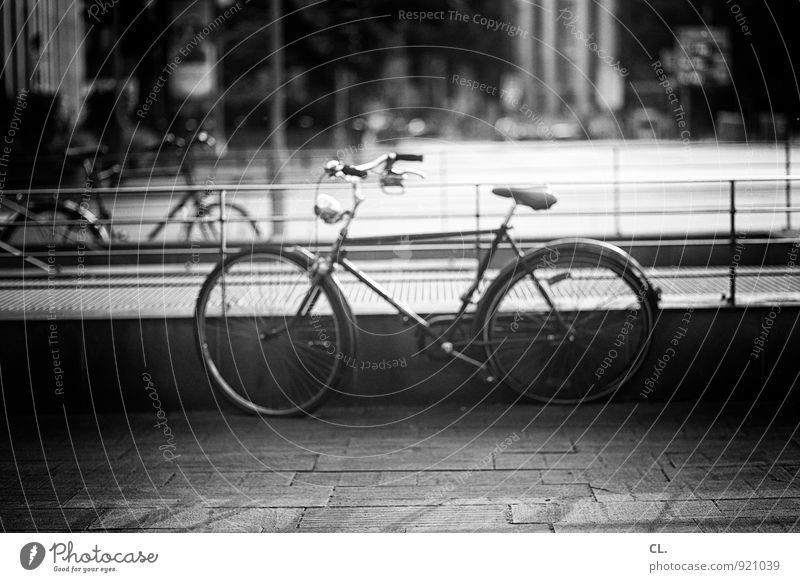 stadtrad Stadt Verkehr Verkehrsmittel Verkehrswege Straßenverkehr Fahrradfahren Wege & Pfade Geländer retro Freizeit & Hobby Mobilität Schwarzweißfoto