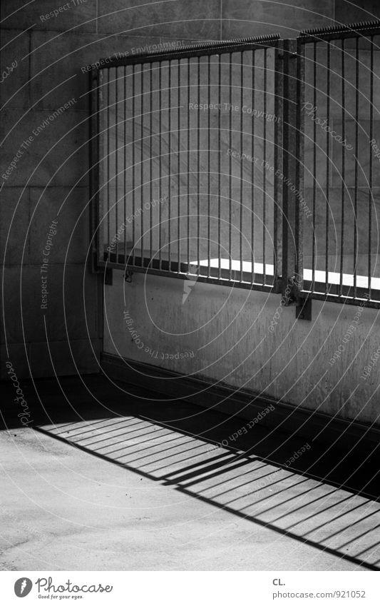 warm und grau Wand Mauer Ordnung Zaun Barriere eckig Trennung stagnierend komplex