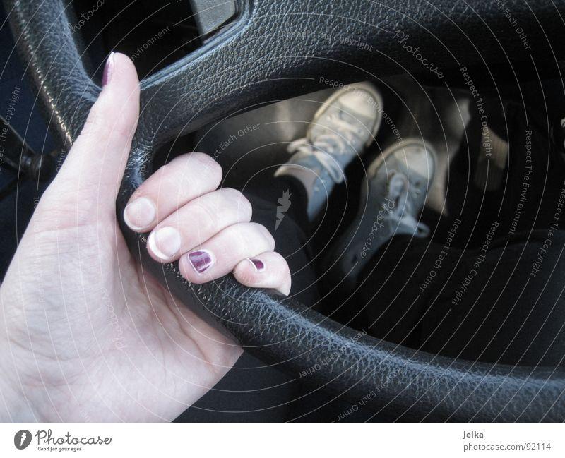 unfinished nail polish Hand PKW Schuhe Finger fahren Autofahrer festhalten führen Autofahren Turnschuh Chucks greifen Daumen Fingernagel Wagen Fahrer