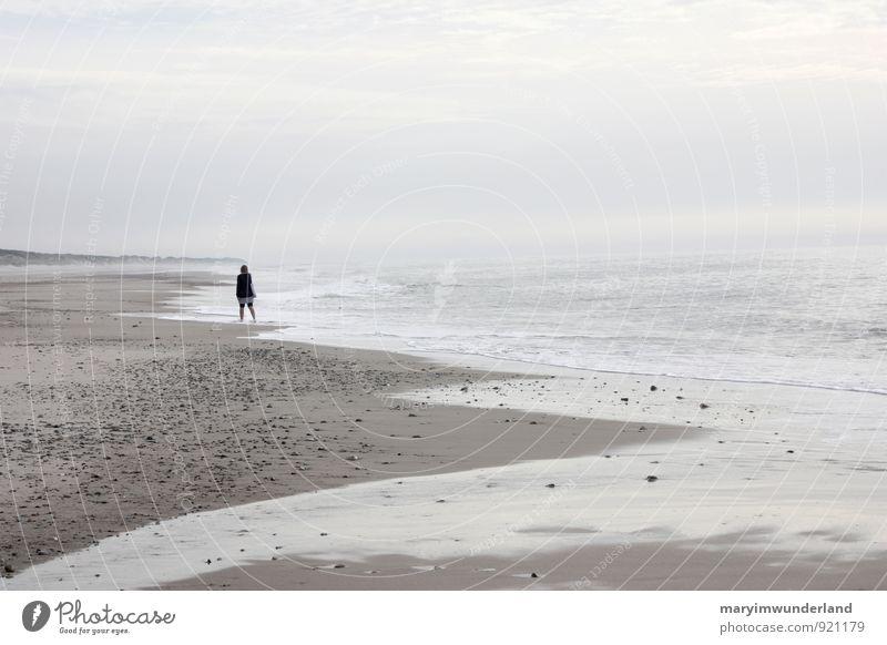 ganz weit weg. Mensch Natur Jugendliche Sommer Erholung Meer Junge Frau Landschaft ruhig Wolken Strand Ferne Erwachsene Küste Freiheit Sand