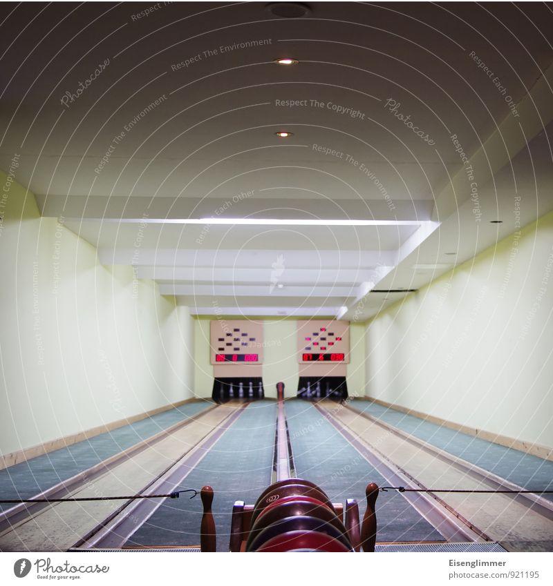 Bowling for.... Bowlingbahn Bowlingkugel Kegel werfen sportlich zählen Erfolg Zählerstand indoorsport Farbfoto Innenaufnahme Menschenleer Textfreiraum oben