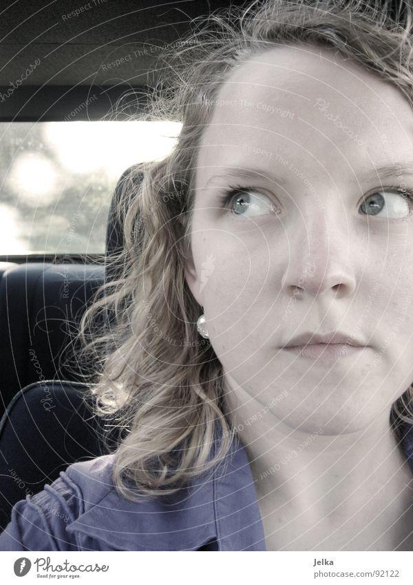 rückspiegelblick Mensch Frau Jugendliche Junge Frau 18-30 Jahre Erwachsene Gesicht Auge Autofenster natürlich Haare & Frisuren PKW authentisch blond Mund Nase