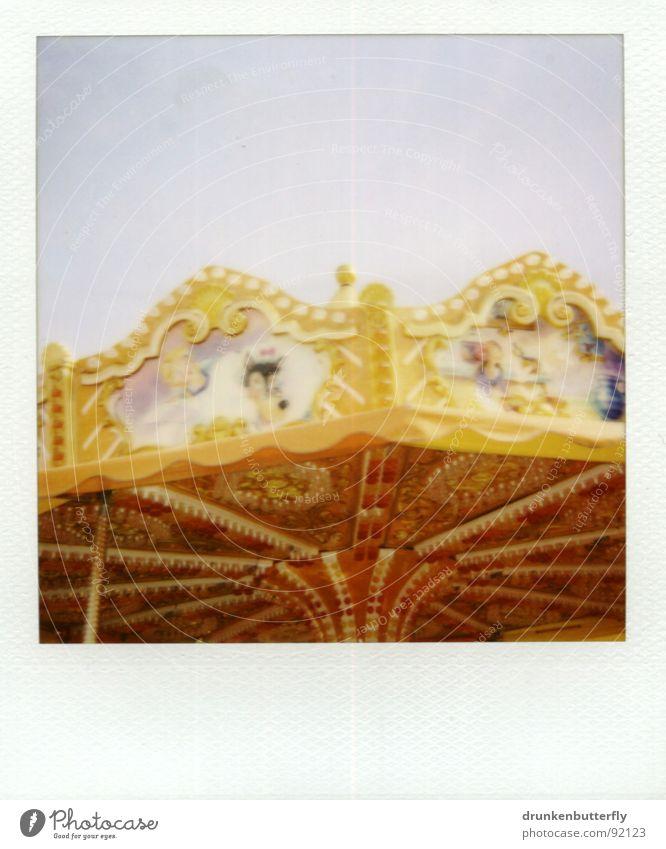 rummelbummel Karussell Jahrmarkt gelb drehen fahren Dach kreisen Lampe rot Spielen Himmel gold Riesenrad Freude