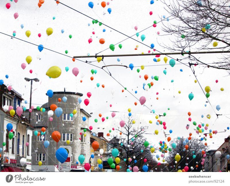 balloons (fliegend, nach oben, hui) Schweben Haus Wand Balon Balloons Farbe Colors aufwärts abzischen gehen Himmel Straße Seekwhencer