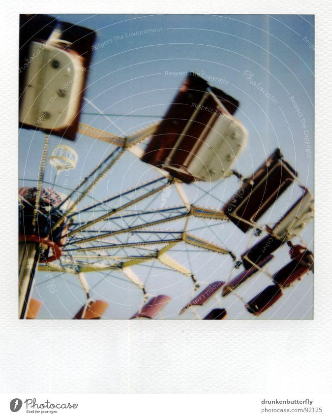 letzte Runde Jahrmarkt Karussell kreisen fahren drehen weiß rot Luft Stahl Stab Spielen Riesenrad Himmel blau Netz fliegen Freude Kindheit