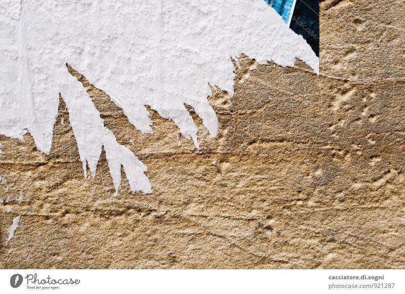 verpasst Werbebranche Veranstaltung Printmedien lesen Mauer Wand Fassade Papier Zettel Plakat Stein Schilder & Markierungen kaputt Stadt braun weiß Neugier