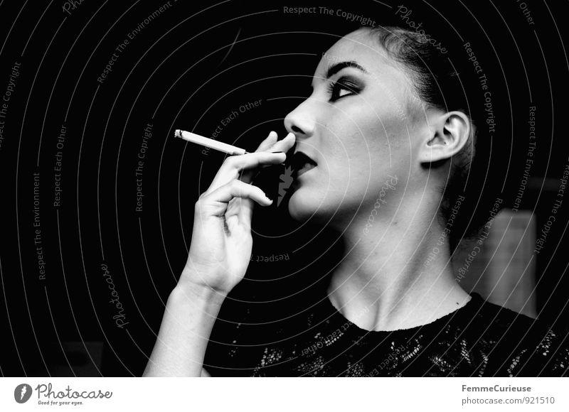 Diva_09 Mensch Frau Jugendliche schön Junge Frau 18-30 Jahre schwarz dunkel Erwachsene feminin Stil Lifestyle elegant Rauchen Tabakwaren Reichtum