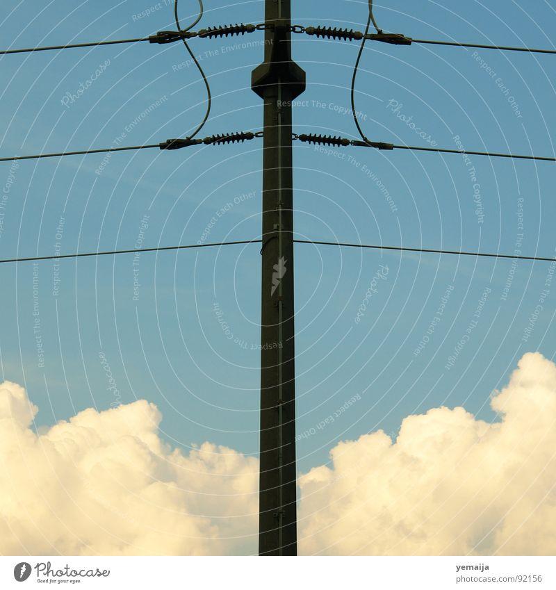 Über den Wolken... weiß blau schwarz Wolken Holz Linie braun Elektrizität Luftverkehr Mitte Strommast Anschnitt