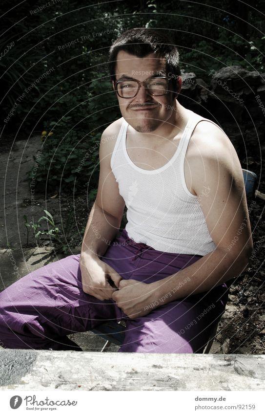 Karl-Heinz, angenehm! Mann lustig sitzen Brille Körperhaltung Bart dumm Freak Witz ernst hässlich nerdig 30-45 Jahre Brillenträger Unlust Spießer
