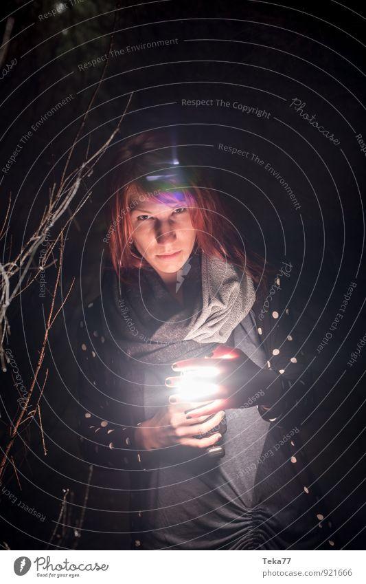 Im Wald. Mensch feminin 1 18-30 Jahre Jugendliche Erwachsene Umwelt Natur Landschaft Gefühle Angst gefährlich Verzweiflung Nervosität verstört Abenteuer