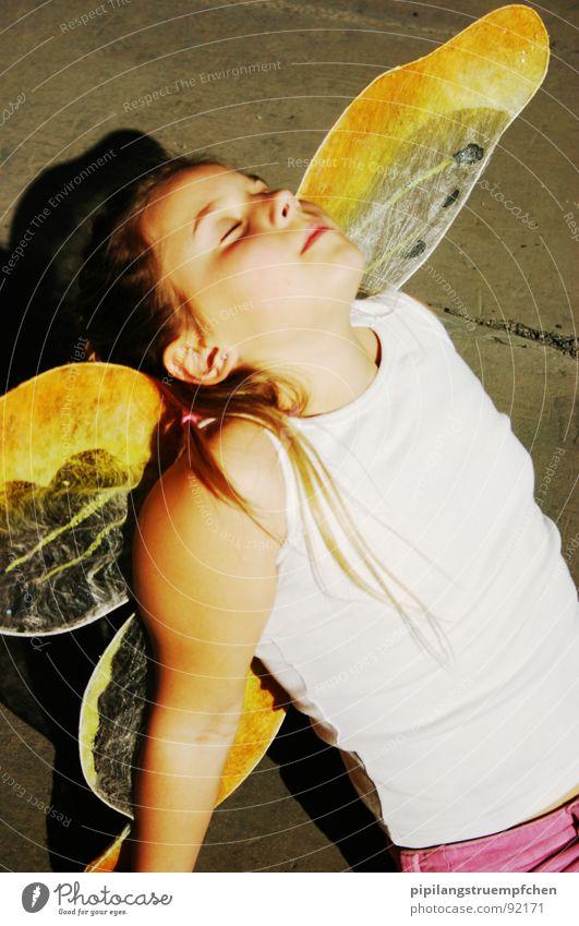 Schmetterlingsmädchen träumt vom Fliegen Mädchen schön träumen Wärme fliegen Flügel Schmetterling genießen