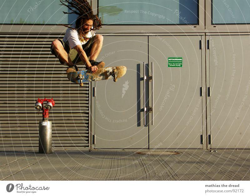 ... ein Überbleibsel aus besseren Zeiten ... Sport Gesundheit anstrengen Skateboarding old-school Ferne Aktion berühren Rastalocken Fahrtwind springen Beton