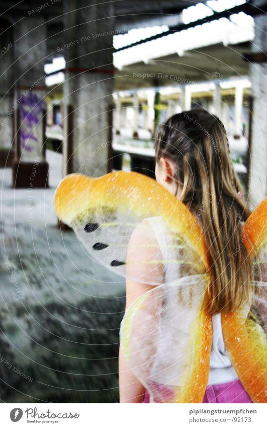 In Gedanken schon über den Wolken Mädchen schön gelb träumen orange klein Flügel Schmetterling langhaarig zeitlos