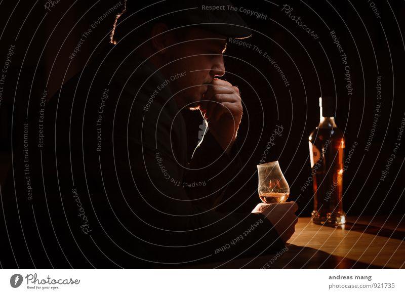Denken trinken Alkohol Spirituosen Glas Bar Cocktailbar Lounge maskulin Mann Erwachsene 1 Mensch 18-30 Jahre Jugendliche Hut genießen dunkel standhaft