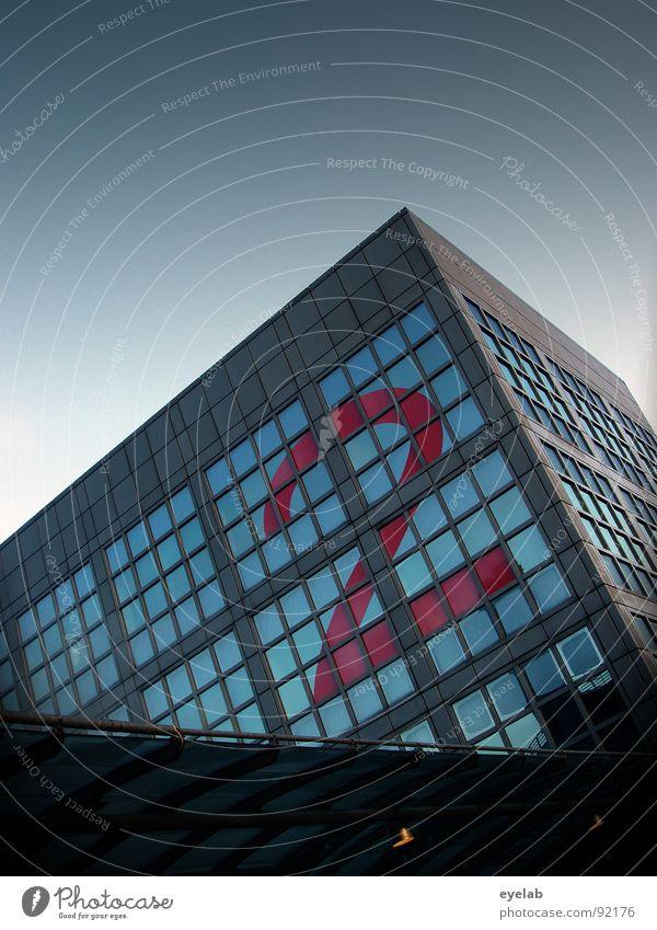 Ne´glatte 2 Gebäude Haus Stahl Fenster Schönes Wetter Raster Quadrat rot grau Hochhaus Quader sichtbar groß Ziffern & Zahlen Ankunft Morgen schön Symmetrie