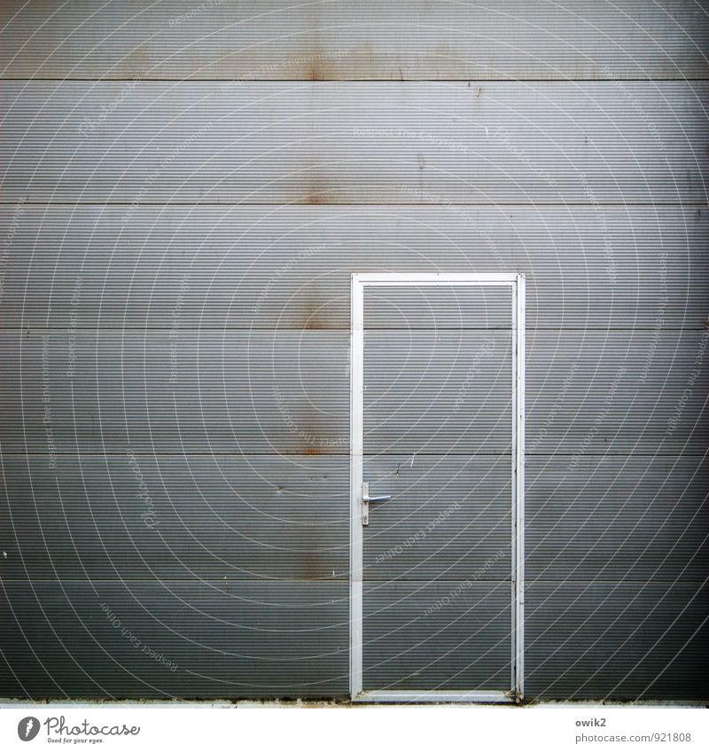 Ausweg Tür Blech Metall eckig einfach trist grau Griff blau-grau Türrahmen Eingang Eingangstür geschlossen abweisend streng Schutz Barriere Tor Rolltor Farbfoto