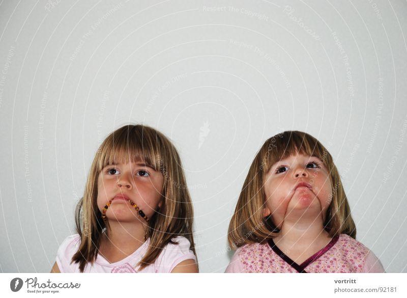 glückstreffer Kind Mädchen Freude Gesicht Auge Wand Spielen Mund lustig Körperhaltung Kleinkind Kette Porträt