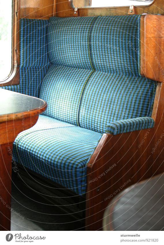 Eine leere Sitzbank in einem alten Zugabteil Ferien & Urlaub & Reisen ruhig Freude Bewegung braun Freizeit & Hobby Verkehr sitzen authentisch ästhetisch Beginn