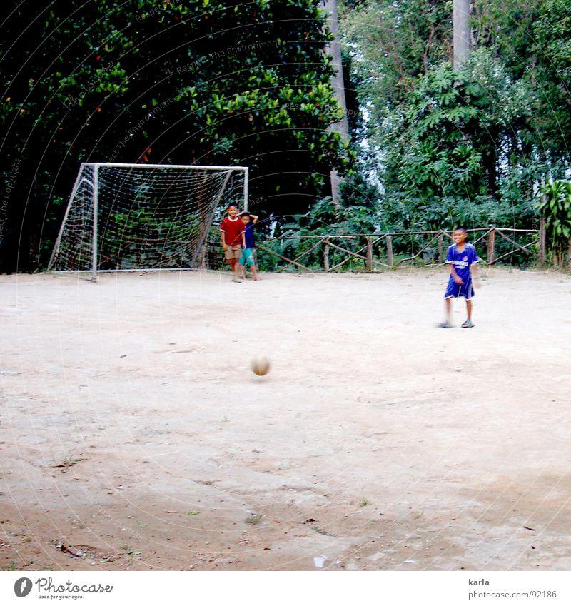 Want to play? Spielen schießen Junge Freizeit & Hobby Urwald Thailand Freude Sport Kind Fußball Ball Tor Netz Fun