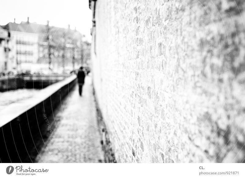 flucht Mensch Erwachsene Leben 1 Haus Mauer Wand Verkehr Fußgänger Wege & Pfade Bürgersteig gehen alt Traurigkeit Einsamkeit Ziel Zukunft Fluchtpunkt Spazierweg
