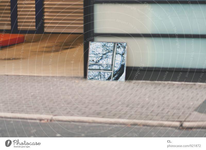 spiegel Baum Verkehr Verkehrswege Straßenverkehr Wege & Pfade Bürgersteig Einfahrt Parkhaus Spiegel trist Stadt Alltagsfotografie Farbfoto Außenaufnahme