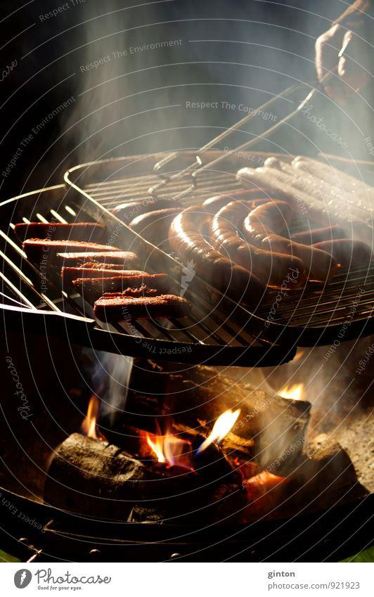 Grillen im Dunkeln Lebensmittel Wurstwaren Ernährung Abendessen Besteck Freizeit & Hobby Garten Nachtleben Essen Körper Hand Finger Feuer Metall beobachten