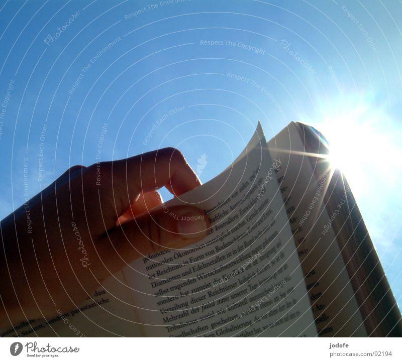 =le livre= lesen Sommer Sonne Bildung lernen Hand Medien Printmedien Buch Himmel Wolkenloser Himmel Papier festhalten hell blau blenden Schriftstück Roman Seite