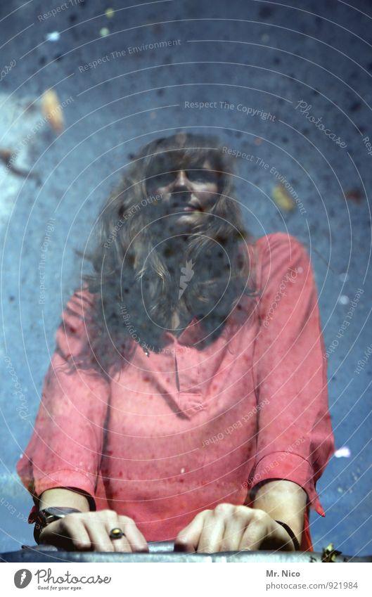 stille wasser sind tief Lifestyle feminin Junge Frau Jugendliche Umwelt Wasser brünett langhaarig nass rot Pfütze Spiegelbild träumen aufstützen Stimmung