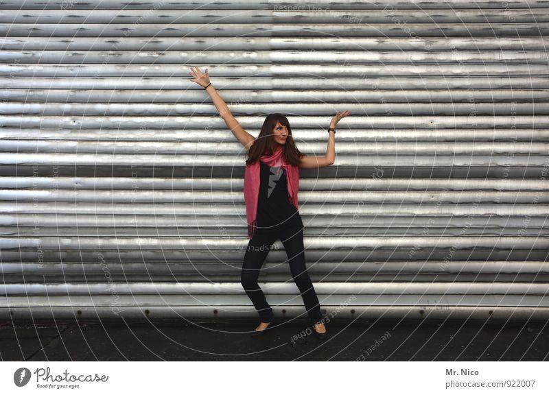 noch 8 tage bis weihnachten Jugendliche Einsamkeit 18-30 Jahre schwarz Erwachsene Wand feminin Mauer Mode Fassade Lifestyle stehen Arme warten Lebensfreude