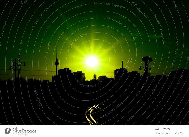 Skyline Berlin Sonne Haus Lampe Himmel Horizont Stadt Hauptstadt Stadtzentrum Bahnhof Gebäude Architektur Dach Wahrzeichen Gleise leuchten groß grün Stimmung