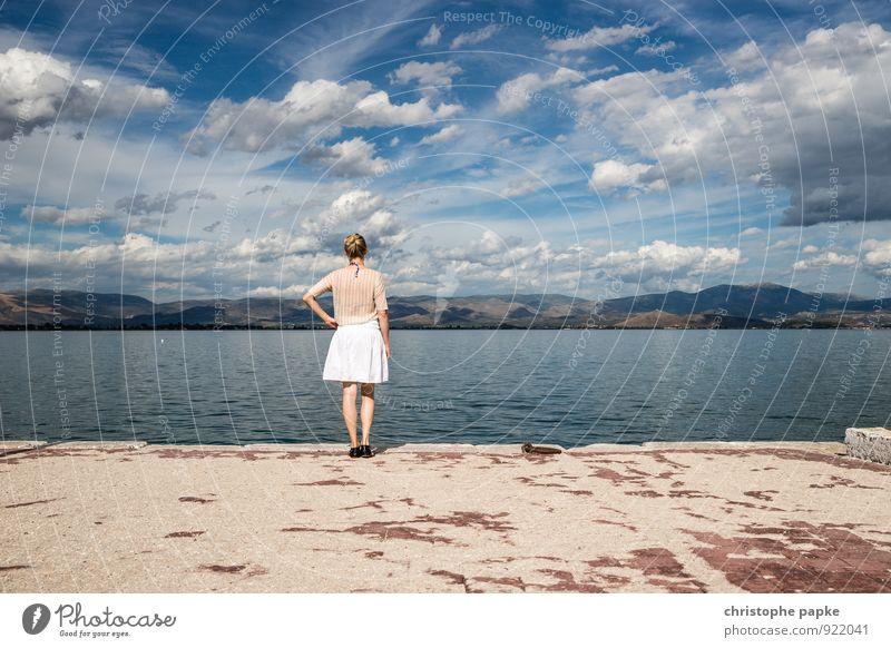 Waaterkant Mensch Frau Himmel Ferien & Urlaub & Reisen Wasser Sommer Erholung Meer Landschaft Wolken Erwachsene Küste Freiheit Horizont stehen Aussicht