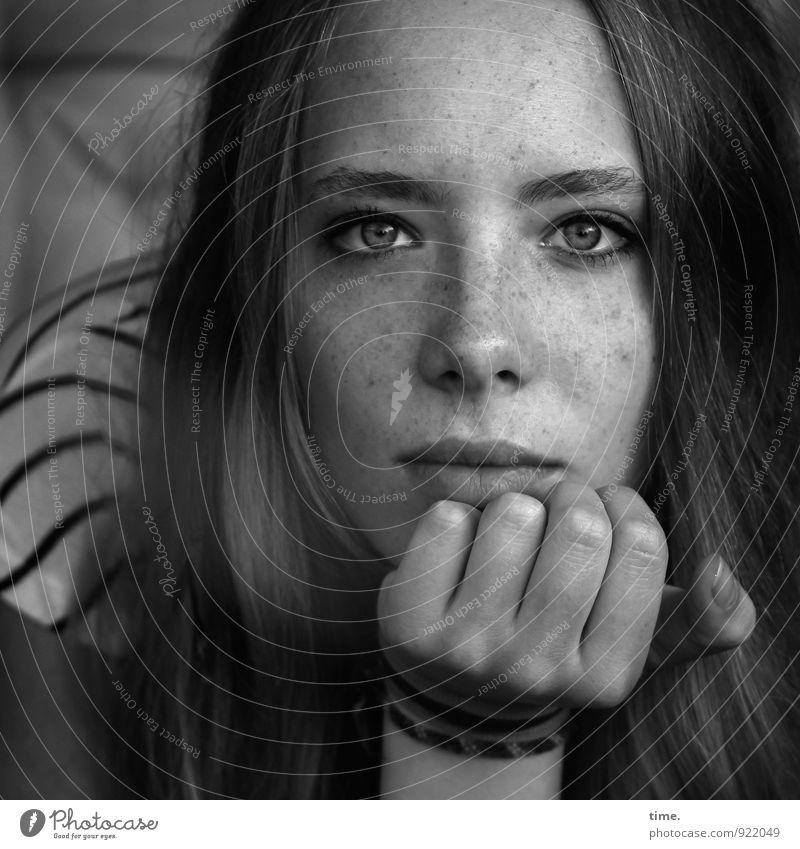 . feminin Junge Frau Jugendliche Hand 1 Mensch T-Shirt Accessoire Schmuck blond langhaarig beobachten Denken Blick träumen warten schön Vertrauen Sicherheit