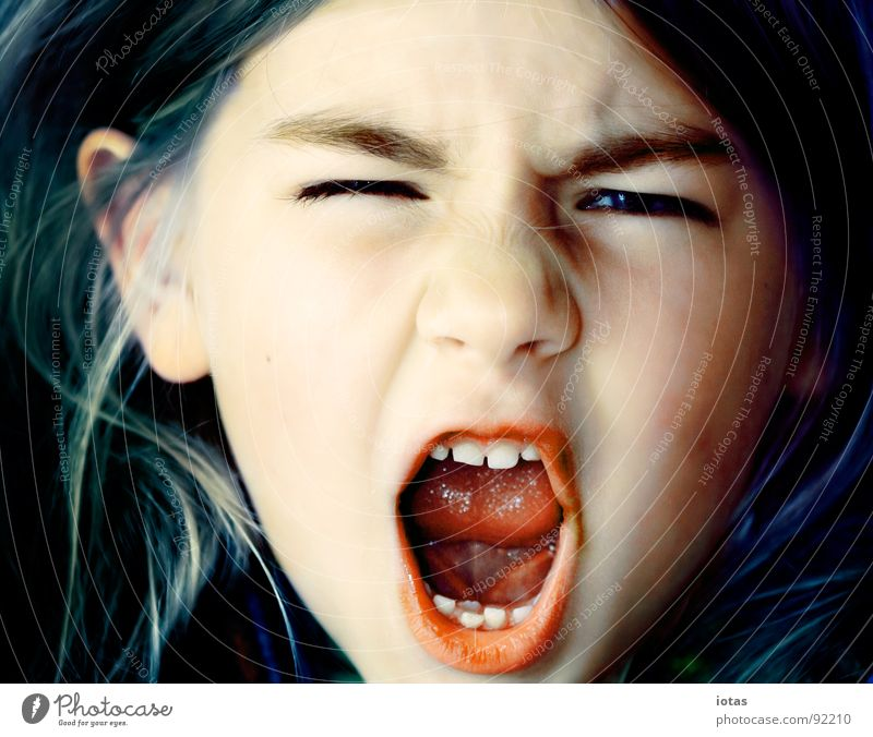 luise I Kind Mädchen schön Freude Haare & Frisuren Mund klein Erfolg schreien böse laut Milchzähne