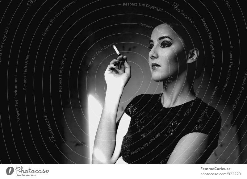 Diva_07 elegant schön feminin Junge Frau Jugendliche Erwachsene 1 Mensch 18-30 Jahre Stolz Dame rauchend Rauchen Zigarette Abendkleid Spitze Kleid geschminkt