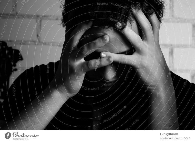 emos lachen nicht Hardcore schwarz dunkel kalt Hand Trauer Innenaufnahme Verzweiflung Schwarzweißfoto Jugendliche Denken Gesicht Traurigkeit