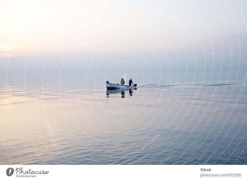 Zwei Fischer in der Dämmerung Mensch Natur blau Wasser Meer Einsamkeit ruhig Ferne Bewegung See Horizont maskulin trist stehen fahren violett