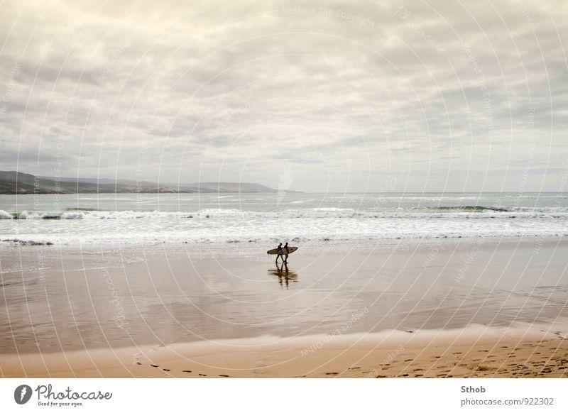 Zwei Surfer in Essaouira Mensch Ferien & Urlaub & Reisen Wasser Landschaft Strand Ferne gelb Herbst Bewegung Küste grau Freiheit Sand gehen Freundschaft