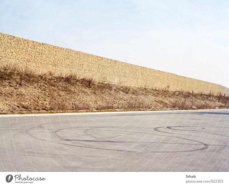Lärmschutz und Reifenspuren Burnout PKW Wolkenloser Himmel Unkraut München Stadt Lärmschutzwand Mauer Wand Verkehr Straßenverkehr Autofahren Verkehrszeichen