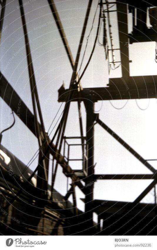 Stahlarbeit dunkel Schatten verfallen Kran Hebevorrichtung Ruine stilllegen abgelegen Eisen Metall Industriefotografie analog vertikal Hochformat schwarz grau